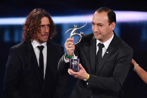 Colombian executive and chairman of Atletico Nacional Juan Carlos de la Cuesta (R) holds The 2016 FIFA Fair Play Award next to former Spanish football player Carles Puyol during The Best FIFA Football Awards ceremony, on January 9, 2017 in Zurich. / AFP PHOTO / Fabrice COFFRINI