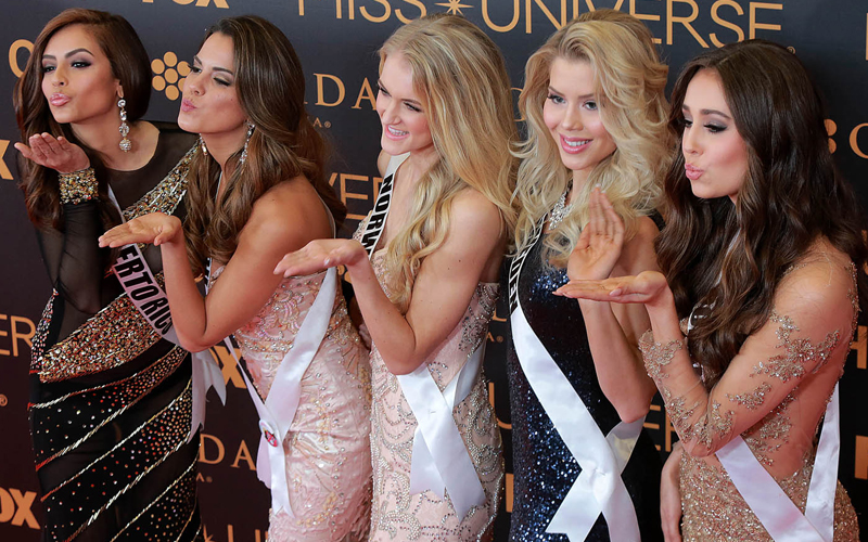 (170130) -- PASAY CITY , Jan. 30, 2017 (Xinhua) -- Miss Universe candidates pose for photos during the Miss Universe red carpet event in Pasay City, the Philippines, January 29, 2017. (Xinhua/Rouelle Umali)