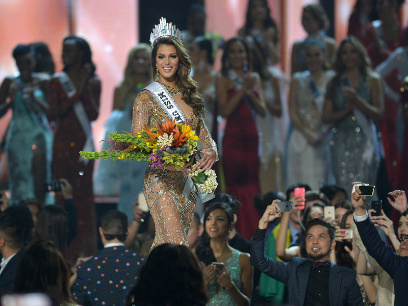 Iris Mittenaere of France walks on stage after being crowned the winner of the Miss Universe pageant at the Mall of Asia Arena in Manila on January 30, 2017. France was crowed Miss Universe on January 30 in a glitzy spectacle free of last year's dramatic mix-up but with a dash of political controversy as finalists touched on migration and other hot-button global issues. / AFP PHOTO / TED ALJIBE