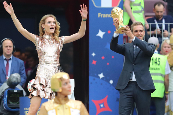 (180715) -- MOSCOW, July 15, 2018 (Xinhua) -- Former Germany's player Philipp Lahm (R) shows the World Cup trophy during the closing ceremony of the 2018 FIFA World Cup in Moscow, Russia, July 15, 2018. (Xinhua/Yang Lei)