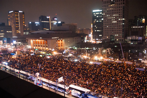 (161231) -- SEOUL, Dec. 31, 2016 (Xinhua) -- People attend a candlelight rally to demand President Park Geun-hye to step down in Seoul, South Korea, Dec. 31, 2016. (Xinhua/Lee Sang-ho)