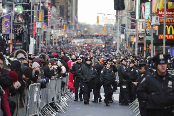 (170101) -- NEW YORK, Jan. 1, 2017 (Xinhua) -- Police officers are seen on duty at Times Square ahead of New Year celebration in New York, the United States, Dec. 31, 2016. (Xinhua/Wang Ying) (djj)