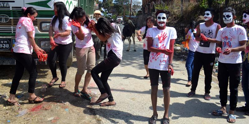 नेपाली समुदाय होली पर्वको दिन रङ लगाई होली खेल्दै ।