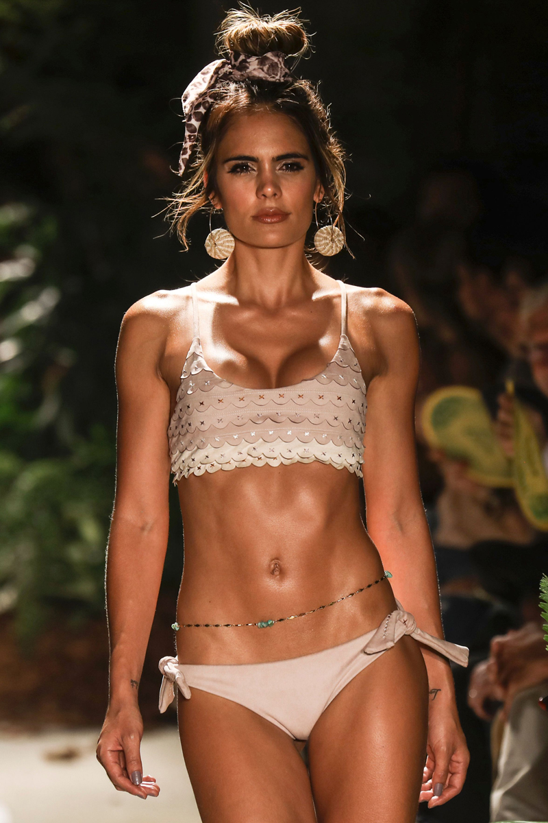 A model presents a creation by Colombian brand Agua Bendita at Colombiamoda during Colombia's Fashion Week in Medellin, Antioquia department, on July 26, 2017. Colombiamoda will take place between the 24th and 27th of July. / AFP PHOTO / JOAQUIN SARMIENTO