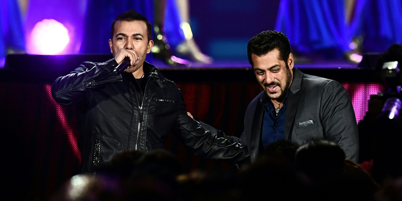Bollywood singer Kamal Khan and actor Salman Khan (R) speak during IIFA Rocks July 14, 2017 at the MetLife Stadium in East Rutherford, New Jersey during the 18th International Indian Film Academy (IIFA) Festival.  / AFP PHOTO / Jewel SAMAD
