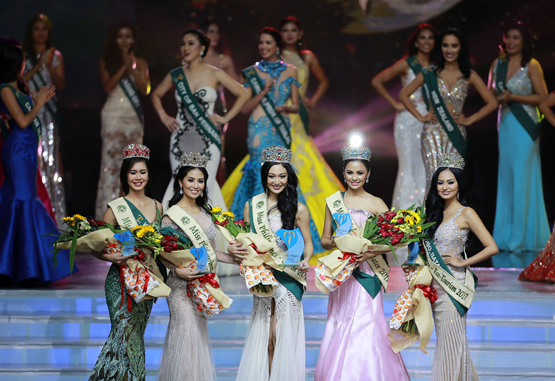 (170716) -- PASAY CITY, July 16, 2017 (Xinhua) -- Miss Philippines Fire 2017 Nellza Mortola Bautista (1st L), Miss Philippines Air 2017 Kim De Guzman (2nd L), Miss Philippines Earth 2017 Karen Ibasco (C), Miss Philippines Water 2017 Jessice Marasigan (2nd R) and Miss Philippines Eco-Tourism 2017 Vanessa Mae Castillo (1st R) pose onstage during the coronation night in Pasay City, the Philippines, July 15, 2017. A total of 40 candidates vied for the crown that will represent the country in the 2017 Miss Earth beauty pageant. (Xinhua/Rouelle Umali) (zcc)