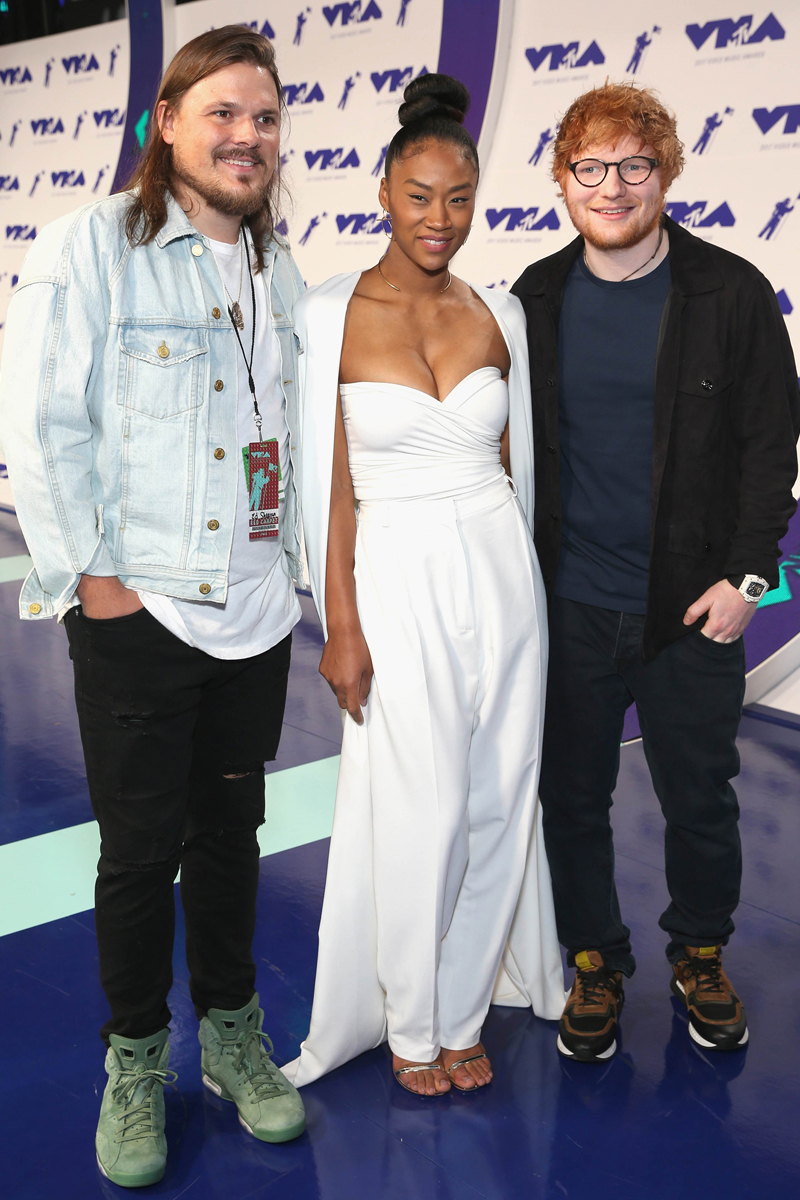 INGLEWOOD, CA - AUGUST 27: Jennie Pegouskie (C) and Ed Sheeran (far R) attend the 2017 MTV Video Music Awards at The Forum on August 27, 2017 in Inglewood, California. Phillip Faraone/Getty Images/AFP == FOR NEWSPAPERS, INTERNET, TELCOS & TELEVISION USE ONLY ==