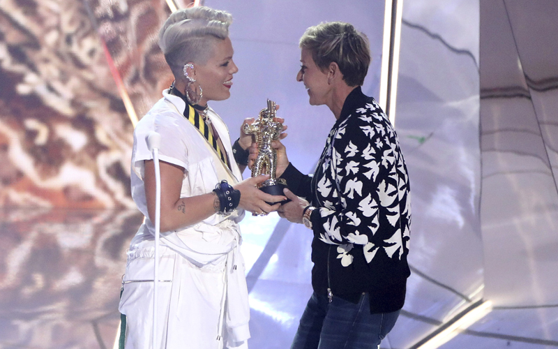 Ellen DeGeneres, right, presents Pink with the MTV Michael Jackson Video Vanguard Award at the MTV Video Music Awards at The Forum on Sunday, Aug. 27, 2017, in Inglewood, Calif. (Photo by Matt Sayles/Invision/AP)