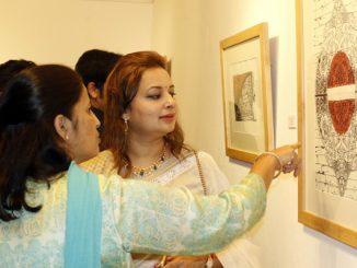 सिद्वार्थ आर्ट ग्यालरी बबरमहलमा आइतबारदेखि सुरु भएको चित्रकला प्रदर्शनीको अवलोकन गर्दै सर्वसाधारण ।