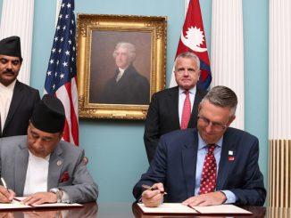 मिलेनियम कर्पोरेट च्यालेन्ज कम्प्याक्ट कार्यक्रम अन्तर्गतको ५० करोड डलर बराबरको रकम सहयोगसम्बन्धी सम्झौतामा हस्ताक्षर गर्दै अमेरिकी सरकारको तर्फबाट एमसिसी च्यालेन्जका कार्यवाहक प्रमुख कार्यकारी अधिकृत जोनाथन नासा र नेपाल सरकारको तर्फबाट अर्थमन्त्री ज्ञानेन्द्रबहादुर कार्की ।