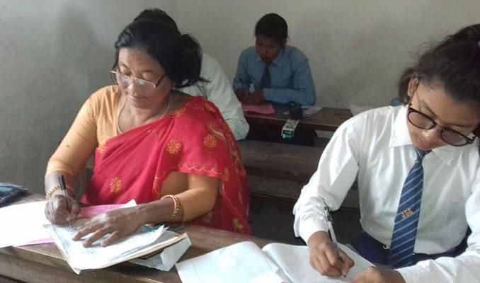 दाङको गढवा गाउँपालिका उपाध्यक्ष शान्ती चौधरीले ४८ वर्षमा कक्षा ८ को परीक्षा दिँदै । तस्वीरः रासस